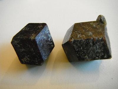 Granaat Kristallen (Almandien) Oostenrijk. Prijs per stuk € 9.50